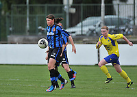 Club Brugge Dames - STVV Sint Truidense VV : Sofie Huyghebaert aan de bal voor Silke Leynen.foto DAVID CATRY / Nikonpro.be