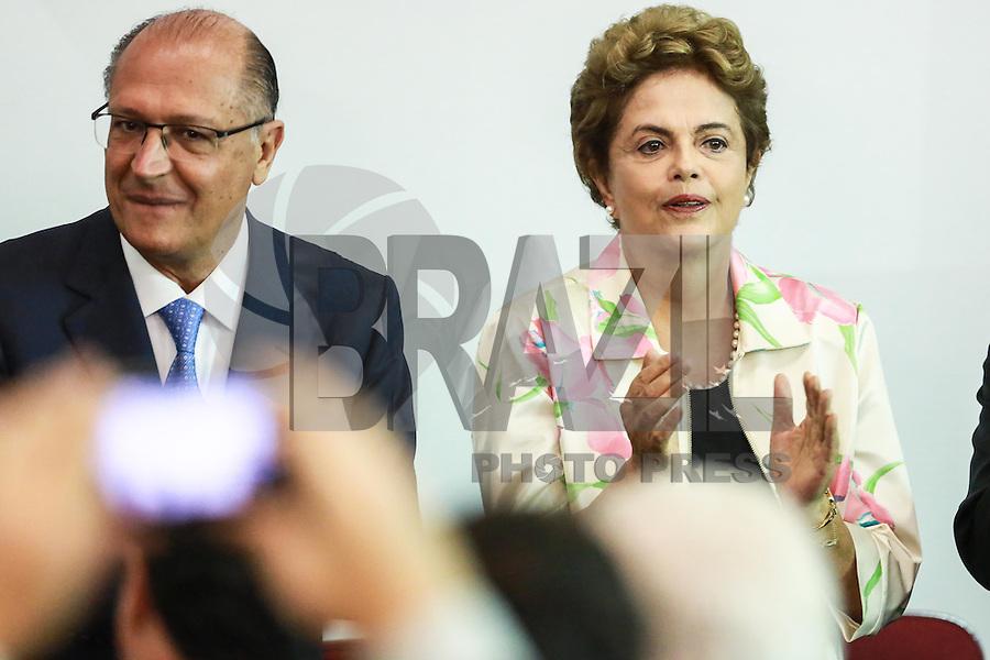 SÃO PAULO,SP, 22.02.2016 - DILMA-SP - A presidente da República Dilma Rousseff (PT), acompanhada do governador Geraldo Alckmim (PSDB) acompanham o início da terceira e última fase de testes clínicos em voluntários da primeira vacina brasileira contra a dengue. A vacina é desenvolvida pelo Instituto Butantan, da Secretaria de Estado da Saúde. No Centro de Convenções Rebouças na região central de São Paulo nesta segunda-feira,22. (Foto: William Volcov/Brazil Photo Press)