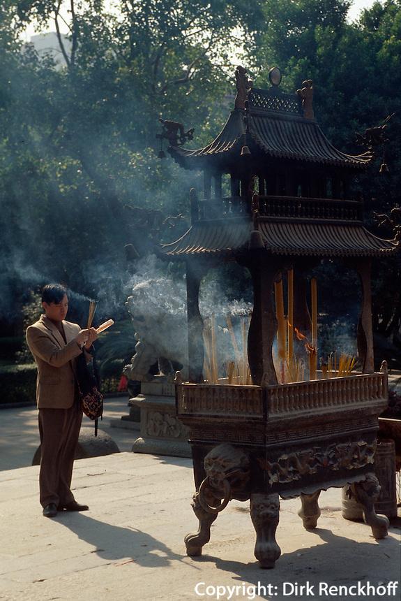 China, Guang Zhou (Kanton), Räuchergefäß im buddhististischenTempel Guang Xia Si