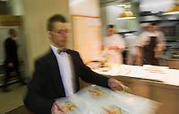 """Europe/France/Rhône-Alpes/38/Isère/ Vienne:  Service au  Restaurant """"La Pyramide"""" , 14, bd Fernand Point- Les serveurs enlèvent les plats au passe"""