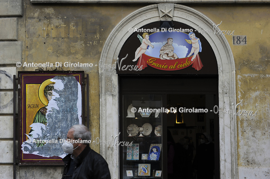 CoviTime.<br /> Roma al tempo del Coronavirus, scene di vita quotidiana  nel quartire di Borgo Pio.<br /> Rome at the time of the Coronavirus, images of daily life iin Borgo Pio district.
