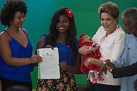 BRASILIA, DF, 19.11.2015 - DILMA-NEGROS- A presidente Dilma Rousseff, com representantes quilombolas Calunga, durante a cerimônia comemorativa do Dia Nacional da Consciência Negra, no Palácio do Planalto, nesta quinta-feira, 19.(Foto:Ed Ferreira / Brazil Photo Press/Folhapress)
