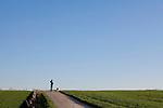 Europa, DEU, Deutschland, Nordrhein Westfalen, NRW, Ruhrgebiet, Muelheim, Ruhrtal, Agrarlandschaft, Gruene Felder, Spaziergaenger mit Hund, Blauer Himmel, Wolkenlos, Kategorien und Themen, Natur, Umwelt, Landschaft, Jahreszeiten, Stimmungen, Landschaftsfotografie, Landschaften, Landschaftsphoto, Landschaftsphotographie, Wetter, Wetterelemente, Wetterlage, Wetterkunde, Witterung, Witterungsbedingungen, Wettererscheinungen, Meteorologie, Wettervorhersage<br /> <br /> [Fuer die Nutzung gelten die jeweils gueltigen Allgemeinen Liefer-und Geschaeftsbedingungen. Nutzung nur gegen Verwendungsmeldung und Nachweis. Download der AGB unter http://www.image-box.com oder werden auf Anfrage zugesendet. Freigabe ist vorher erforderlich. Jede Nutzung des Fotos ist honorarpflichtig gemaess derzeit gueltiger MFM Liste - Kontakt, Uwe Schmid-Fotografie, Duisburg, Tel. (+49).2065.677997, <br /> archiv@image-box.com, www.image-box.com]