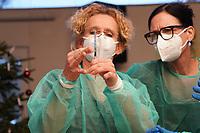 Gross-Gerau 27.12.2020: Erste Corona Impfung im Kreis Groß-Gerau<br /> Ärztin betrachtet mit ihren Kolleginnen die erste Dosis des Impfstoffs
