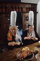 Europe/France/Bretagne/29/Finistère/Pont-l'Abbé : Bigoudennes mangeant le choden bigouden  [Non destiné à un usage publicitaire - Not intended for an advertising use]<br /> PHOTO D'ARCHIVES // ARCHIVAL IMAGES<br /> FRANCE 1990