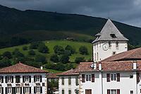 Europe/France/Aquitaine/64/Pyrénées-Atlantiques/Pays-Basque/Sare: Maison du village et l'église  Saint-Martin