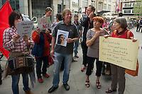 """Protest gegen einen Auftritt der Cubanischen Bloggerin Yoani Sanchez im Instituto Cervantes in Berlin.<br />Die Cubanische Bloggerin Yoani Sanchez redete auf Einladung der Jounalistenorganisation Reporter ohne Grenzen und der Tageszeitung """"taz"""" am Mittwoch den 8. Mai 2013 im Instituto Cervantes. Gegen diesen Auftritt protestierten vor dem Gebaeude Mitglieder verschiedener kommunistischer Organisationen aus Lateinamerika und Deutschland.<br />8.5.2013, Berlin<br />Copyright: Christian-Ditsch.de<br />[Inhaltsveraendernde Manipulation des Fotos nur nach ausdruecklicher Genehmigung des Fotografen. Vereinbarungen ueber Abtretung von Persoenlichkeitsrechten/Model Release der abgebildeten Person/Personen liegen nicht vor. NO MODEL RELEASE! Don't publish without copyright Christian-Ditsch.de, Veroeffentlichung nur mit Fotografennennung, sowie gegen Honorar, MwSt. und Beleg. Konto:, I N G - D i B a, IBAN DE58500105175400192269, BIC INGDDEFFXXX, Kontakt: post@christian-ditsch.de<br />Urhebervermerk wird gemaess Paragraph 13 UHG verlangt.]"""