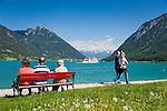 Austria, Tyrol, Pertisau at Achen Lake: walking along seaside promenade | Oesterreich, Tirol, Pertisau am Achensee: Spaziergang entlang der Seepromenade