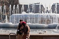 Milano, freddo record in Italia e in Europa. Due turiste alla fontana del castello ricoperta di ghiaccio in seguito alle bassissime temperature --- Milan, intense cold over Italy and Europe. Two tourists at the fountain of the castle, covered with ice due to freezing temperatures