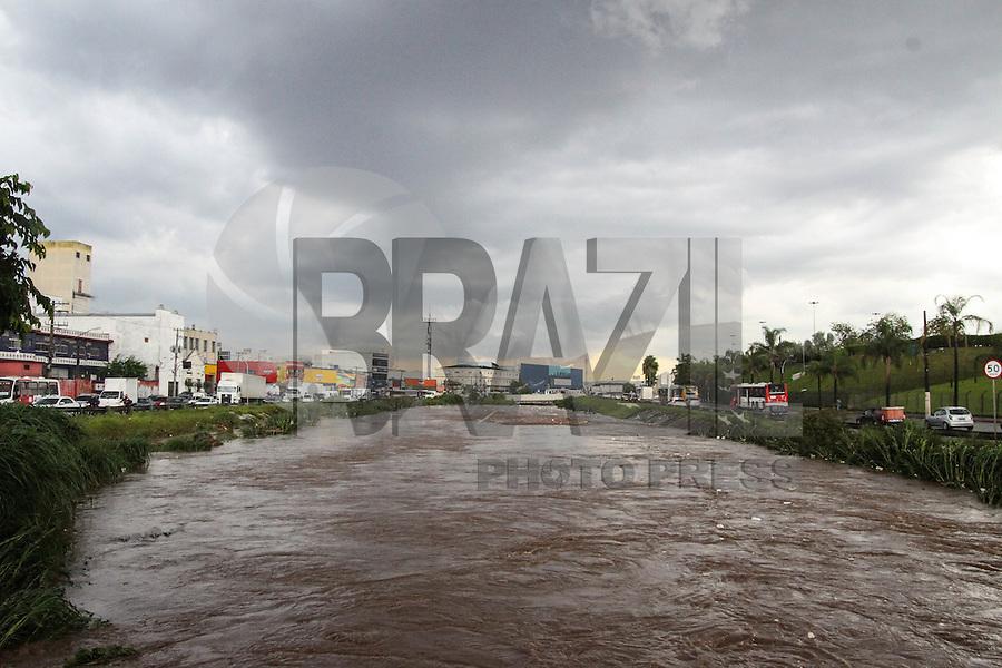 SÃO PAULO, SP, 19.02,2016- CHUVA-SP - Chuva forte faz subir o Rio Aricanduva, na região leste da cidade de São Paulo nesta sexta-feira, 19. (Foto: Marcos Moraes/Brazil Photo Press)