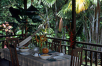 """Océanie/Australie/Queensland/Env de Mossman : Table de déjeuner sous la véranda de la maison de Alan et Suzan Carle au """"Botanical Ark"""""""