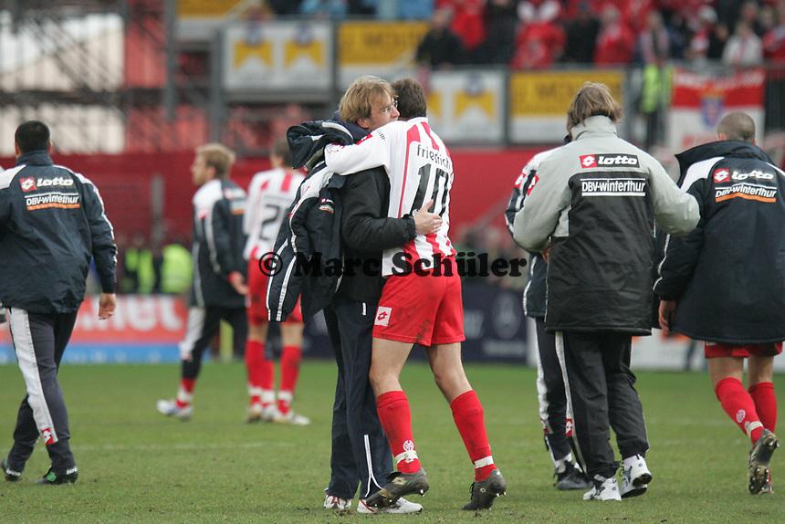 Trainer J¸rgen Klopp umarmt Manuel Friedrich (beide FSV Mainz 05) nach dem Sieg