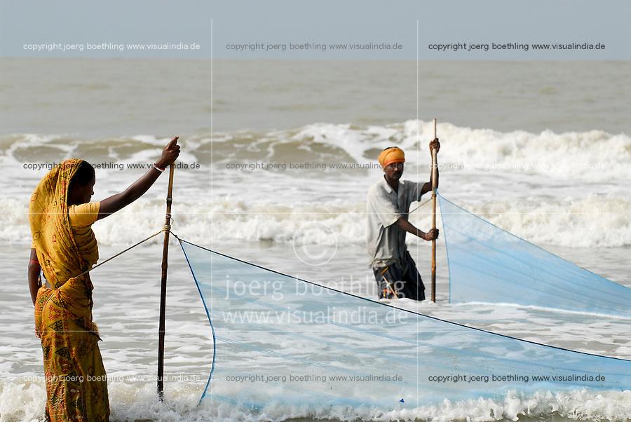 INDIA, Westbengal, Sundarbans, Sagar Island , fisherman and woman fishing at shore / INDIEN, Westbengalen, Sunderbans Ganges Delta, Sagar Island, Kuestenfischer mit Netz in der Brandung
