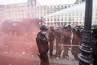 """Sogenannten """"Querdenker"""" sowie verschiedene rechte und rechtsextreme Gruppen hatten fuer den 18. November 2020 zu einer Blockade des Bundestag aufgerufen. Sie wollten damit verhindern, dass es eine Abstimmung ueber das Infektionsschutzgesetz gibt.<br /> Es sollen sich ca. 7.000 Menschen versammelt haben. Sie wurden durch Polizeiabsperrungen daran gehindert zum Reichstagsgebaeude zu gelangen. Sie versammelten sich daraufhin u.a. vor dem Brandenburger Tor.<br /> Im Bild: Die Polizei setzt nach Aufloesung der Kundgebung und mehrfachen Flaschenwuerfen vor dem Brandenburger Tor Wasserwerfer ein. Der rote Rauch kommt von Pyrotechnik, die von Demonstranten geworfen wurde.<br /> 18.11.2020, Berlin<br /> Copyright: Christian-Ditsch.de"""