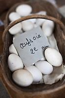 Europe/France/Poitou-Charentes/79/Deux-Sèvres/Niort: Oeufs d'oie dans un panier sur le marché