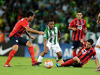MEDELLIN- COLOMBIA - 24-11-2016: Andres Ibargüen (Cent.) jugador de Atletico Nacional de Colombia de disputa el balon con Junior Alonso (Izq.) y Juan Rojas (Der.) jugadores de Cerro Porteño de Paraguay, durante partido de vuelta entre Atletico Nacional de Colombia y Cerro Porteño de Paraguay por las semifinales de la Copa Suramericana en el estadio Atanasio Girardot de la ciudad de Medellin.  / Andres Ibargüen (C) player of Atletico Nacional de Colombia vies for the ball with Junior Alonso (L) and Juan Rojas (R) players of Cerro Porteño of Paraguay during a match between Atletico Nacional of Colombia and Cerro Porteño of Paraguay for the second leg of the semifinals of the South American Cup at the Atanasio Girardot stadium in the city of Medellin. Photo: VizzorImage / Leon Monsalve / Cont.