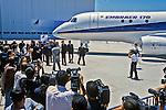 Lançamento de aviao na industria Embraer. São José dos Campos. São Paulo. 2001. Foto de Juca Martins.