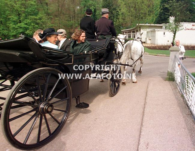 Arnhem,27-04-99  Foto:Koos Groenewold<br />Prinse Margriet maakt een rondje door het park Snsbeek met een koetsje.
