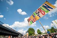 Etwa 6.000 Menschen protestierten am Samstag den 26. April 2014 gegen einen von der Neonazipartei NPD geplanten Aufmarsch durch Kreuzberg. Sie verhinderten mit verschiedenen Blockaden rund um den Auftaktort des NPD-Aufmarsches, dass die ca 70 Neonazis weiter als 150m laufen konnten.<br /> So war nach 3 Minuten Marsch für die NPD Schluss und die Neonazis mussten zum Startpunkt am S-Bahnhof Jannowitzbruecke umdrehen. Auch wenn ueber den NPD-Lautsprecherwagen mehrfach behauptet wurde, die Demonstration sei in Kreuzberg, ist doch richtig, dass die Neonazis sich nur in Berlin-Mitte befanden.<br /> 26.4.2014, Berlin<br /> Copyright: Christian-Ditsch.de<br /> [Inhaltsveraendernde Manipulation des Fotos nur nach ausdruecklicher Genehmigung des Fotografen. Vereinbarungen ueber Abtretung von Persoenlichkeitsrechten/Model Release der abgebildeten Person/Personen liegen nicht vor. NO MODEL RELEASE! Don't publish without copyright Christian-Ditsch.de, Veroeffentlichung nur mit Fotografennennung, sowie gegen Honorar, MwSt. und Beleg. Konto:, I N G - D i B a, IBAN DE58500105175400192269, BIC INGDDEFFXXX, Kontakt: post@christian-ditsch.de<br /> Urhebervermerk wird gemaess Paragraph 13 UHG verlangt.]