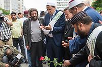 """Der """"Marsch der Muslime gegen Terrorismus"""" am Sonntag den 9. Juli 2017 in Berlin.<br /> Etwa sechzig Imame aus Frankreich und anderen europaeischen Laendern, darunter auch sechs Imame aus Berlin werden ab dem 9. Juli 2017 in europaeische Staedte fahren, wo es in den letzten Jahren besonders schwere islamistisch motivierte Terroranschlaege gegeben hat.In Berlin versammelten sie sich zusammen mit Mitgliedern der christlichen und juedischen Gemeinde an der Kaiser-Wilhelm-Gedaechtnis-Kirche in Berlin-Charlottenburg wo im Dezember 2016 einen Anschlag auf den Weihnachtsmarkt gegeben hatte.<br /> Der franzoesische Imam Hassen Chalghoumi aus dem Pariser Vorort Drancy engagiert sich seit vielen Jahren fuer ein friedliches Miteinander der Religionen, insbesondere im Verhaeltnis der Muslime zum Judentum. Zusammen mit seinem Freund, dem juedischen Schriftsteller Marek Halter, der seit Jahrzehnten in gleicher Weise engagiert ist hat er den """"Marche des musulmans contre le terrorisme"""" initiert. Sie wollen nach Bruessel, Paris, St.-Etienne-du-Rouvray, Toulouse und Nizza und dort oeffentlich fuer die Opfer beten und gegen einen Missbrauch des Islam durch Terroristen und menschenfeindliche Gruppen eintreten.<br /> Die Evangelische Kirche Berlin-Brandenburg-schlesische Oberlausitz unterstuetzt das Anliegen der """"Marche des musulmans contre le terrorisme"""". Der Landesbischof Dr. Markus Droege hat an dem Gebet der Muslime auf dem Breitscheidplatz als Gast teilgenommen und einen Segen fuer die Teilnehmer ausgesprochen.<br /> Im Bild: 1.vl. (stehend mit Bart) Marek Halter; 2.vl. Imam Chalghoumi; 3.vl. Landesbischof Droege.<br /> 9.7.2017, Berlin<br /> Copyright: Christian-Ditsch.de<br /> [Inhaltsveraendernde Manipulation des Fotos nur nach ausdruecklicher Genehmigung des Fotografen. Vereinbarungen ueber Abtretung von Persoenlichkeitsrechten/Model Release der abgebildeten Person/Personen liegen nicht vor. NO MODEL RELEASE! Nur fuer Redaktionelle Zwecke. Don't publish without copyright Christ"""