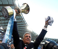 Calcio, finale di Coppa Italia: Roma vs Lazio. Roma, stadio Olimpico, 26 maggio 2013..Lazio coach Vladimir Petkovic, of Bosnia, shows the Italian Cup to fans, at the end of the football final match between AS Roma and Lazio at Rome's Olympic stadium, 26 May 2013. Lazio won 1-0..UPDATE IMAGES PRESS/Isabella Bonotto....