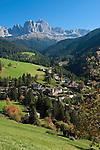 Italy, South Tyrol, Alto Adige, Dolomites, San Cipriano with Catinaccio and Torri del Vajolet mountains | Italien, Suedtirol, Dolomiten, St. Zyprian mit Rosengarten und Vajolettuerme