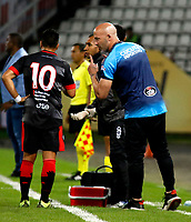 MANIZALES-COLOMBIA, 11-02-2019: Sebastián Méndez, técnico de Cúcuta Deportivo, da instrucciones a Matías Pérez, durante partido de la fecha 4 entre Once Caldas y Cúcuta Deportivo, por la Liga de Aguila I 2019 en el estadio Palogrande en la ciudad de Manizales. / Sebastian Mendez, coach of Cucuta Deportivo, gives instructions to Matias Perez,  during a match of the 4th date between Once Caldas and Cucuta Deportivo, for the Liga de Aguila I 2019 at the Palogrande stadium in Manizales city. Photo: VizzorImage  / Santiago Osorio / Cont.
