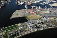 GERMANY Hamburg, sewage treatment plant of company Hamburg Energy process sewage and sludge to biogas for supply to the public gas grid / DEUTSCHLAND Hamburg, Biogasanlage und Klaerwerk Koehlbrandhoeft, Staedtischer Energieversorger Hamburg Energie ein Tochterunternehmen von Hamburg Wasser, speist aufbereitetes Faulgas aus Abwasser, Klaerschlamm und Baggerschlamm ins Erdgasnetz ein, bei der Ausfaulung des Klaerschlamms entsteht Gas, das zu Erdgasqualitaet aufbereitet und ins Netz eingespeist wird, die Anlage wird jaehrlich 18 Millionen Kilowattstunden Biomethan einspeisen, damit koennen 3.600 Tonnen CO2 pro Jahr eingespart und bis zu 62.000 Kunden mit Biogas versorgt werden, VERA, Anlage zur Klärschlammverbrennung