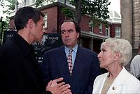 Jean-François Lépine (M) et Janine Sutto (D) <br /> a des Funerailles non-identifié reliée a radio canada, date inconnue (entre 1994 et 2004)