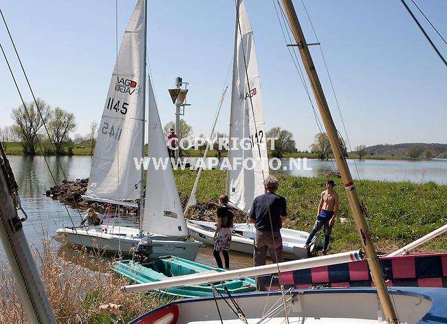 Oosterbeek 170410 Oosterbeekse zeilvereniging zeilt op de Neder-Rijn<br /> Foto Frans Ypma APA-foto
