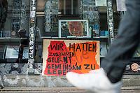 """Die Buchhandlung Kisch & Co in Berlin-Kreuzberg soll nach 23 Jahren schliessen.<br /> Der Luxemburger Fonds """"Victoria Immo Properties V S.a.r.l."""" der TetraPak Milliardenerbinnen Rausing hatte 2017 das Haus in der Oranienstrasse 25 gekauft und zwei Jahre spaeter den Mietern Mieterhoehungen angekuendigt, die fuer diese nicht bezahlbar sind. So muessen neben der alteingesessenen Buchhandlung auch ein Museum, die neue Gesellschaft fuer bildende Kunst e.V. mit ihrer Galerie, das Werkbundarchiv, ein Architekturbuero und ein Jogastudio ihre Raeumlichkeiten verlassen.<br /> Im Bild: Viele Geschaefte und Gewerbetreibende zeigen sich solidarisch mit dem Buchladen.<br /> 24.6.2020, Berlin<br /> Copyright: Christian-Ditsch.de<br /> NUR FUER REDAKTIONELLE ZWECKE! Werbung nur auf Anfrage beim Fotografen. [Inhaltsveraendernde Manipulation des Fotos nur nach ausdruecklicher Genehmigung des Fotografen. Vereinbarungen ueber Abtretung von Persoenlichkeitsrechten/Model Release der abgebildeten Person/Personen liegen nicht vor. NO MODEL RELEASE! Don't publish without copyright Christian-Ditsch.de, Veroeffentlichung nur mit Fotografennennung, sowie gegen Honorar, MwSt. und Beleg. Konto: I N G - D i B a, IBAN DE58500105175400192269, BIC INGDDEFFXXX, Kontakt: post@christian-ditsch.de<br /> Bei der Bearbeitung der Dateiinformationen darf die Urheberkennzeichnung in den EXIF- und  IPTC-Daten nicht entfernt werden, diese sind in digitalen Medien nach §95c UrhG rechtlich geschuetzt. Der Urhebervermerk wird gemaess §13 UrhG verlangt.]"""