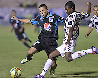 TUNJA -COLOMBIA, 06-02-2014. Luis Hernando Mena (Der) jugador de Boyacá Chicó disputa el balón con Anderson Plata (Izq) jugador de Millonarios durante partido por la fecha 3 Liga Postobón I 2014 realizado en el estadio La Independencia en Tunja./ Luis Hernando Mena (R) player of Boyaca Chico fights for the ball with Anderson Plata (L) player of Millonarios during match for the 3rd date of Postobon  League I 2014 played at La Independencia stadium in Tunja. Photo: VizzorImage/ Gabriel Aponte /Staff