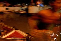 Pequenas embarcações de diversos municipios e região das ilhas chegam de madrugada à feira do açaí para comercializar o fruto<br /> <br /> O Pará produz mais de 820 mil toneladas de açaí ( Euterpe oleracea ) por ano, cerca de 60% da produção é consumida pelos paraenses, 30% vai para outros estados e 10% para o mercado internacional. (dados de 2014))<br /> <br /> A extração da fruta é responsável pelo sustento de diversas famílias que vivem nas regiões produtoras. Até pouco tempo esta cultura era destinada,<br /> principalmente, para o próprio consumo. Hoje, já passa a ocupar uma posição preponderante na renda familiar, representando até 80%, da renda dos ribeirinhos de acordo com a secretaria de Agricultura do Pará em estudo feito em 2012.<br /> <br /> Belém, Pará, Brasil.<br /> Foto Paulo Santos<br /> 09/10/2008