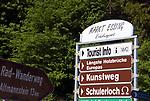 DEU, Deutschland, Bayern, Niederbayern, Naturpark Altmuehltal, bei Essing: Hinweisschilder am Altmuehltal Radwanderweg | DEU, Germany, Bavaria, Lower Bavaria, Natural Park Altmuehltal, near Essing: signs at Altmuehl Valley cycle path
