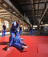 Eine Pressekonferenz der besonderen Art boten die Judokas vom Judoclub Leipzig JCL - in einer alten Fabrikhalle an der Zschocherschen / Markranstädter Straße trainierten sie sehr spartanisch mit Gewichten im Zirkeltraining und kämpften auf der Tatami im morbiden Ambiente. Foto: aif / Norman Rembarz<br /> <br /> Jegliche kommerzielle wie redaktionelle Nutzung ist honorar- und mehrwertsteuerpflichtig! Persönlichkeitsrechte sind zu wahren. Es wird keine Haftung übernommen bei Verletzung von Rechten Dritter. Autoren-Nennung gem. §13 UrhGes. wird verlangt. Weitergabe an Dritte nur nach  vorheriger Absprache. Online-Nutzung ist separat kostenpflichtig.