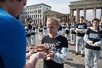 """Aus Protest gegen die industrielle Nutzung von Tieren halten am Dienstag den 25. Maerz 2014 vor dem Brandenburger Tor 100 Menschen 100 tote Huehner, Fische, Ferkel, Gaense und Laemmer in den Haenden.<br />Ziel der Aktion war es, """"zu verdeutlichen, dass Tiere keine Produkte sondern empfindsame Lebewesen mit einem Recht auf Leben sind"""" so die Organisatoren von der Tierrechtsorganisation Animal Equality.<br />Im Bild: Eine Teilnehmerin der Aktion bekommt ein totes Huhn ueberreicht.<br />25.3.2014, Berlin<br />Copyright: Christian-Ditsch.de<br />[Inhaltsveraendernde Manipulation des Fotos nur nach ausdruecklicher Genehmigung des Fotografen. Vereinbarungen ueber Abtretung von Persoenlichkeitsrechten/Model Release der abgebildeten Person/Personen liegen nicht vor. NO MODEL RELEASE! Don't publish without copyright Christian-Ditsch.de, Veroeffentlichung nur mit Fotografennennung, sowie gegen Honorar, MwSt. und Beleg. Konto:, I N G - D i B a, IBAN DE58500105175400192269, BIC INGDDEFFXXX, Kontakt: post@christian-ditsch.de]"""
