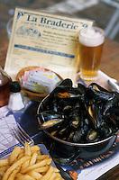 """Europe/France/Nord-Pas-de-Calais/59/Nord/Lille : Au restaurant """"Aux Moules"""" lors de la grande braderie - Moules frites"""