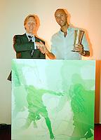 18-9-09, Netherlands,  Maastricht, Tennis, Daviscup Netherlands-France, Peter Wessels ontvangt een prijs voor zijn inzet vooe het Nederlandse tennis uit handen van Hendrik Jan Davids