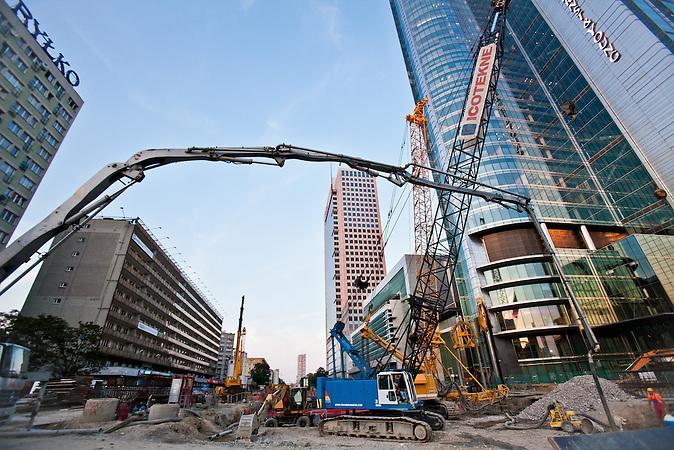 Die polnische Hauptstadt Warschau erlebt einen Bauboom. An vielen Ecken der Stadt werden Gebäude hochgezogen./ The Polish capital Warsaw experiences a real building boom. In many corners of the cities buildings are build up.