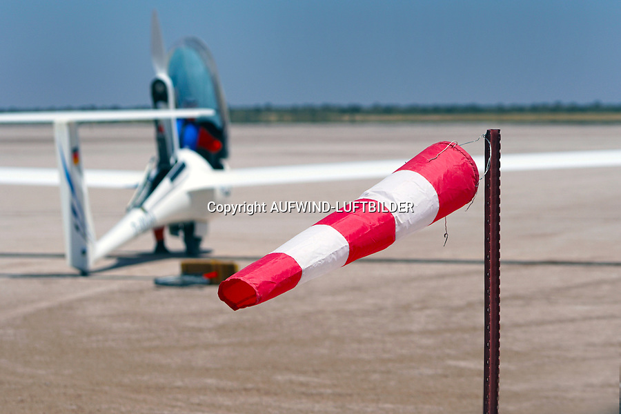 Wind auf der BahnAFRIKA, NAMIBIA: Wind auf der Bahn. Durch die runde Gestalt der Bitterwasserpfanne mit einem Durchmesser von 3 Kilometer Durchmesser ist der Platz sehr sicher, da immer gegen den Wind gestartet werden kann.