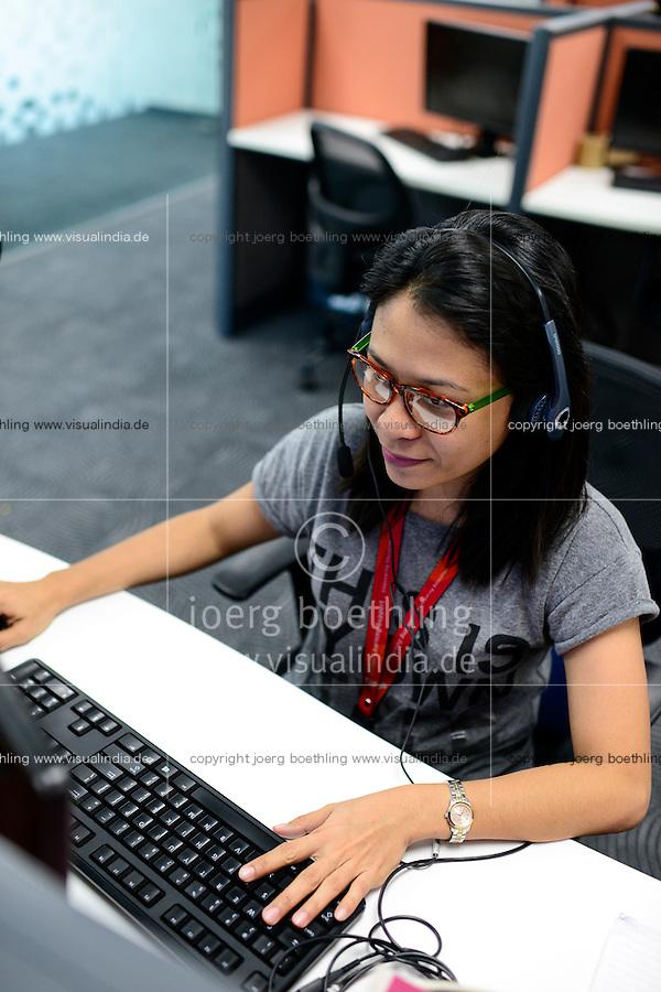 PHILIPPINES, Manila, KPO Knowledge Process Outsorcing, callcenter von Global Learning working for australian clients  / PHILIPPINEN, Manila, KPO Knowledge Process Outsorcing, callcenter von Global Learning arbeitet fuer australische Kunden, callcenter Agentin with voice phone headset beraet australische Studenten