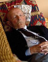 06-06-10, Tennis, Den Haag, Playoffs Eredivisie, Opa Scheer doet een dutje