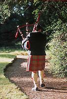 """Europe/Royaume-Uni/Ecosse/Moray/Spayside/ Dufftown: Linn House Ecossais en Kilt avec cornemuse dans le parc de """"Linn House"""""""