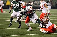 Runningback Leon Washington (Jets) gegen Defensive End Jimmy Wilkerson  und Linebacker Nate Harris (Chiefs)<br /> New York Jets vs. Kansas City Chiefs<br /> *** Local Caption *** Foto ist honorarpflichtig! zzgl. gesetzl. MwSt. Auf Anfrage in hoeherer Qualitaet/Aufloesung. Belegexemplar an: Marc Schueler, Am Ziegelfalltor 4, 64625 Bensheim, Tel. +49 (0) 6251 86 96 134, www.gameday-mediaservices.de. Email: marc.schueler@gameday-mediaservices.de, Bankverbindung: Volksbank Bergstrasse, Kto.: 151297, BLZ: 50960101