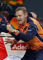 04-03-2006,Swiss,Freibourgh, Davis Cup , Swiss-Netherlands, coach Bogtstra in support voor Sjeng Schalken in de partij tegen   Marco Chiudinelli