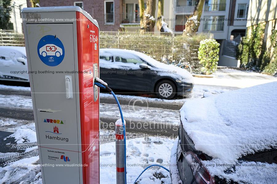 GERMANY, Hamburg, Tesla electric car at public charging station / DEUTSCHLAND, Hamburg, öffentliche Ladestation von Stromnetz Hamburg, E-Auto Tesla