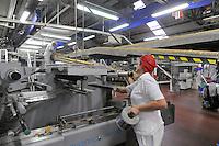 - Novara, stabilimento Pavesi (gruppo Barilla), linea di produzione dei crackers, reparto confezione<br /> <br /> - Novara, Pavesi plant (Barilla Group), production line of crackers, packaging department