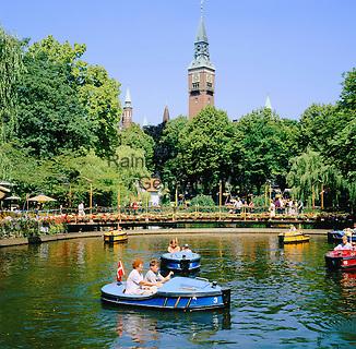 Denmark, Zealand, Copenhagen: Tivoli Gardens, boats on lake below tower of the Radhus (Town Hall) | Daenemark, Insel Seeland, Kopenhagen: Der Tivoli, ein weltbekannter Vergnuegungs- und Erholungspark, im Hintergrund das Rathaus