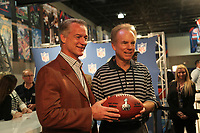 Darryl Johnston (l.) und Hall-of-Fame Quarterback Roger Staubach (r.) stellen das Logo fuer den Super Bowl XLV in Dallas vor<br /> Vorstellung Logo Super Bowl XLV, Super Bowl XLIV Pressekonferenzen *** Local Caption *** Foto ist honorarpflichtig! zzgl. gesetzl. MwSt. Auf Anfrage in hoeherer Qualitaet/Aufloesung. Belegexemplar an: Marc Schueler, Alte Weinstrasse 1, 61352 Bad Homburg, Tel. +49 (0) 151 11 65 49 88, www.gameday-mediaservices.de. Email: marc.schueler@gameday-mediaservices.de, Bankverbindung: Volksbank Bergstrasse, Kto.: 52137306, BLZ: 50890000