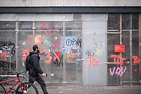 Trotz Corona-Versammlungseinschraenkung gingen am 1. Mai 2020 in Berlin 3.000 Menschen in Berlin-Kreuzberg auf die Strasse. Sie protestierten u.a. fuer die Aufnahme von Gefluechteten aus den ueberfuellten griechischen Fluechtlingslagern und die Unterstuetzung von Automobilkonzernen wegen der Corona-Krise.<br /> Im Bild: Eine verbarrikadierte Sparkassenfiliale.<br /> 1.5.2020, Berlin<br /> Copyright: Christian-Ditsch.de<br /> [NUR FUER REDAKTIONELLE ZWECKE! Werbung nur auf Anfrage beim Fotografen. Inhaltsveraendernde Manipulation des Fotos nur nach ausdruecklicher Genehmigung des Fotografen. Vereinbarungen ueber Abtretung von Persoenlichkeitsrechten/Model Release der abgebildeten Person/Personen liegen nicht vor. NO MODEL RELEASE! Don't publish without copyright Christian-Ditsch.de, Veroeffentlichung nur mit Fotografennennung, sowie gegen Honorar, MwSt. und Beleg. Konto: I N G - D i B a, IBAN DE58500105175400192269, BIC INGDDEFFXXX, Kontakt: post@christian-ditsch.de<br /> Bei der Bearbeitung der Dateiinformationen darf die Urheberkennzeichnung in den EXIF- und  IPTC-Daten nicht entfernt werden, diese sind in digitalen Medien nach §95c UrhG rechtlich geschuetzt. Der Urhebervermerk wird gemaess §13 UrhG verlangt.]